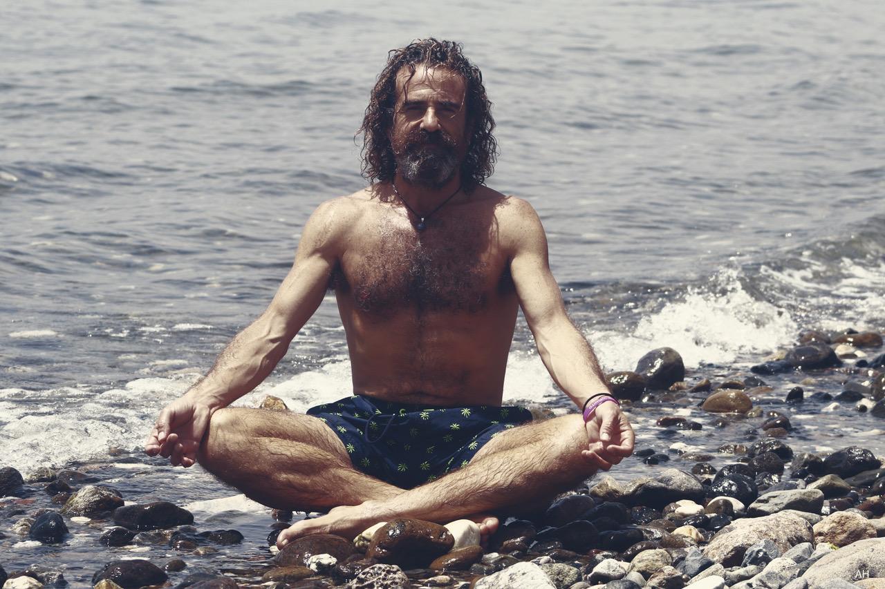 Dr Sanchez meditando en las playas de Marbella
